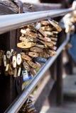 Lås som ett symbol av förälskelse Rialto bro - bro av vänner Royaltyfri Foto