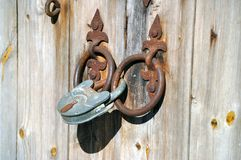 lås som låser ladugården. royaltyfri fotografi
