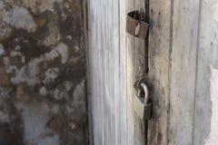 Låsa dörren med hänglåset Royaltyfria Bilder
