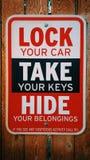 Låsa ditt bil- tar ditt biltangenttecken royaltyfria foton