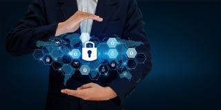 Låsa i händerna av en affärsman Shield skölden som skyddar cyberspacet Internet Co för affär för säkerhet för utrymmeingångsdatad Royaltyfri Foto