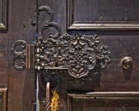 Låsa mekanismen av en forntida trädörr Royaltyfri Bild