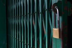 Låsa stålsätter dörren Arkivbild