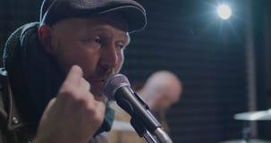 Låsande fast rytm för musiker med fingrar lager videofilmer