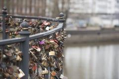 Låsen på metallbron Fotografering för Bildbyråer