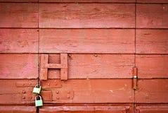 Låser den röda dörren för gammal grunge Arkivfoton