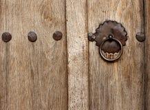 Låser den Wood dörren för gammal stil med Royaltyfri Bild