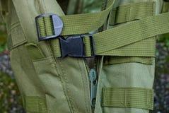 Låser svart karbin två på selet på den gröna frågan av ryggsäcken arkivfoton