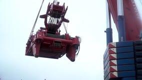 Låser tunga påfyllningar för stor elevator för järnkrok van vid i ett seminarium med säkerhet gem Kranen lyfter den tunga järndet lager videofilmer