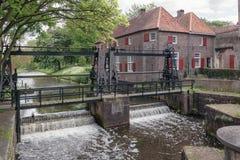 Låset i floden Eem precis utanför den gamla staden av staden av Amersfoort i Nederländerna royaltyfria bilder