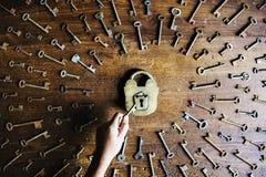 Låset och det nyckel- sökandet och låser låset upp Arkivbild