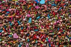 Låset symboliserar det förälskelse för de på tornet för N Seoul Seoul, Royaltyfria Foton