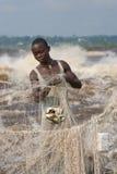 Låsfisk för unga män på banken av floden av Kongofloden royaltyfria foton