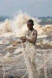 Låsfisk för unga män på banken av floden av Kongofloden royaltyfri foto