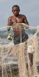 Låsfisk för unga män på banken av floden av Kongofloden royaltyfri fotografi