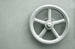 Låslåshjulet på målat stål målade dörren Royaltyfri Fotografi