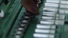 Låssmeden väljer dysan för skiftnyckeln En uppsättning av mekanikerhjälpmedel arkivfilmer