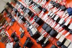 Låssmedställning med biltangenter på krokar royaltyfri foto