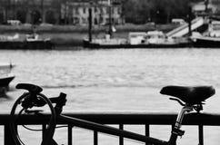 Låst cykel i svartvitt Royaltyfri Fotografi