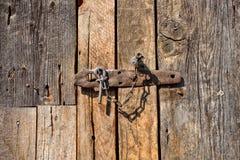 Låst gammal trädörr, begreppsbild Royaltyfri Fotografi