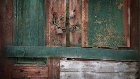 Låst gammalt målade trädörrbakgrund arkivfoton