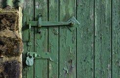 Låst grön ladugårddörr Arkivbilder