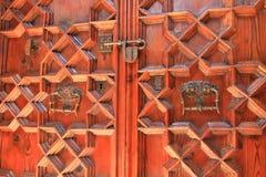 Låst träkyrklig dörr i Barcelona Arkivbilder