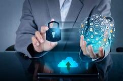 Låst upp press för hand för telefon för smartphonelåsinternet telefonen som meddelar i internet Handen för Cybersäkerhetsbegreppe arkivbild