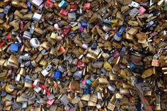 Låsta hänglås på bron i Paris, Frankrike Fotografering för Bildbyråer