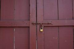 Låsta röda wood dörrar från inre Royaltyfri Fotografi