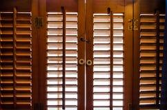 Låsta träfönsterslutare från insidan Royaltyfria Foton