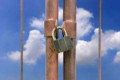 Låstangent på det rostiga staketet Arkivfoto