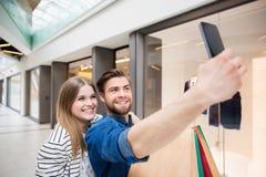 Låt oss ta en selfie från vår shopping royaltyfria foton