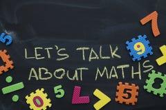 Låt oss tala om matematik som inskrivas på en svart tavla arkivfoto