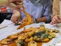 Låt ` s äta blandad kryddig skaldjur royaltyfria bilder