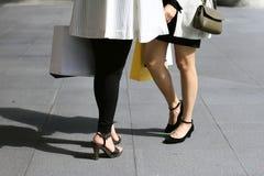 Låt ` s gå att shoppa, kvinnor som rymmer shoppingpåsar på gatan Arkivfoton