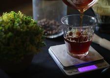 Låter för att hälla ditt kaffe royaltyfri fotografi