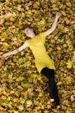 låter vara den härliga fallen för hösten kvinnayellow Royaltyfria Foton
