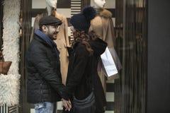 Lèche-vitrines de couples dehors en hiver Photo stock
