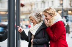 Lèche-vitrines de femmes au centre de la ville L'hiver Photographie stock