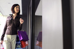 Lèche-vitrines de jeune femme image libre de droits