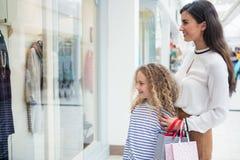 Lèche-vitrines heureux de mère et de fille dans le mail images stock