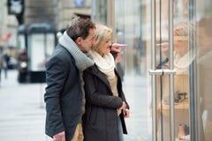 Lèche-vitrines supérieur de couples au centre de la ville L'hiver Photographie stock libre de droits