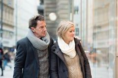 Lèche-vitrines supérieur de couples au centre de la ville L'hiver Images libres de droits