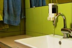 Lèchement de l'eau dans le joint de main Photographie stock libre de droits