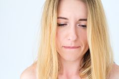 Lèvre acérée de femme triste de renversement de visage d'émotion de manière attristante images libres de droits