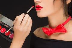 Lèvres d'une fille avec l'artiste faisant le maquillage Photographie stock libre de droits