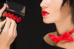 Lèvres d'une fille avec l'artiste faisant le maquillage Images stock