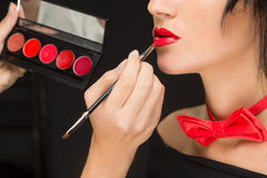 Lèvres d'une fille avec l'artiste faisant le maquillage Image stock