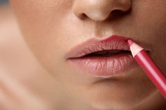 Lèvres de maquillage Belles lèvres de femme avec le stylo de lèvre, revêtement, crayon Images libres de droits